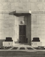 North-west entrance to the Folger with security guard (photo)