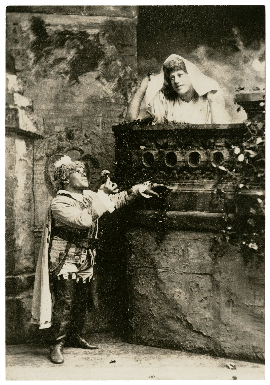 """DeWolf Hopper & Marshall P. Wilder as """"Romeo and Juliet"""" [in a burlesque of Shakespeare's Romeo and Juliet] [graphic]."""