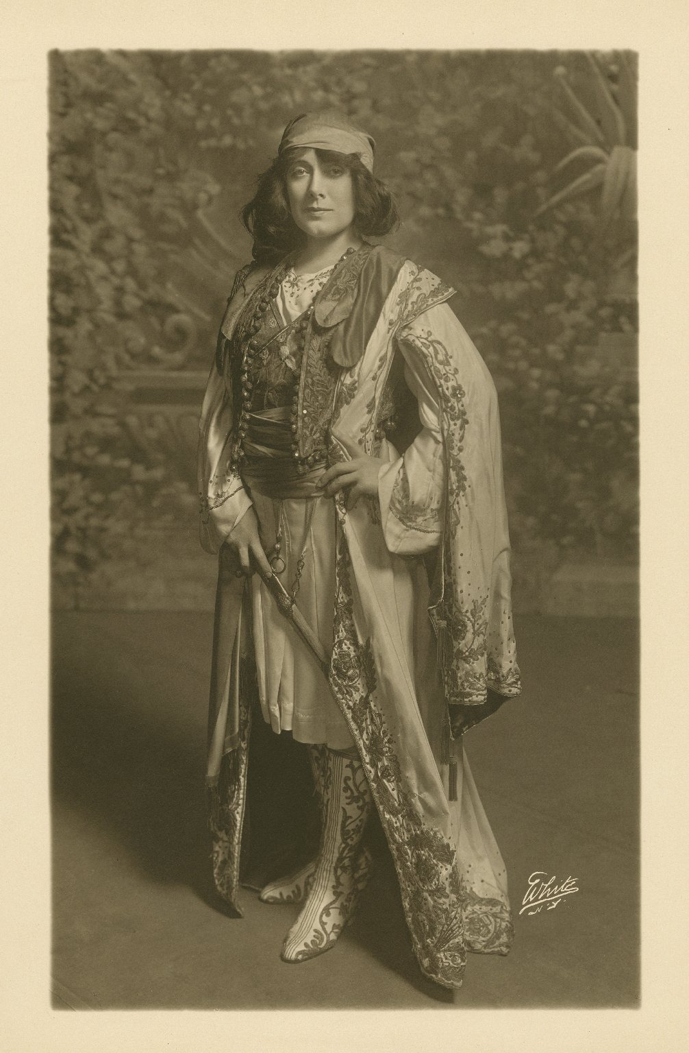 [Julia Marlowe as Viola in Shakespeare's Twelfth night] [graphic] / White.