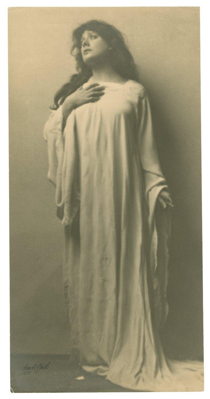 [Julia Marlowe as Lady Macbeth in Shakespeare's Macbeth] [graphic] / Arnold Genthe.